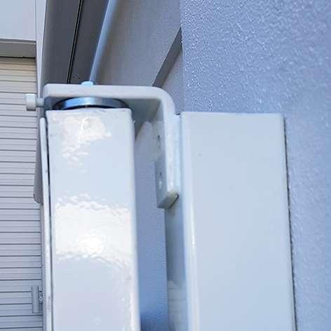 Bearing gate hinge welded to side post